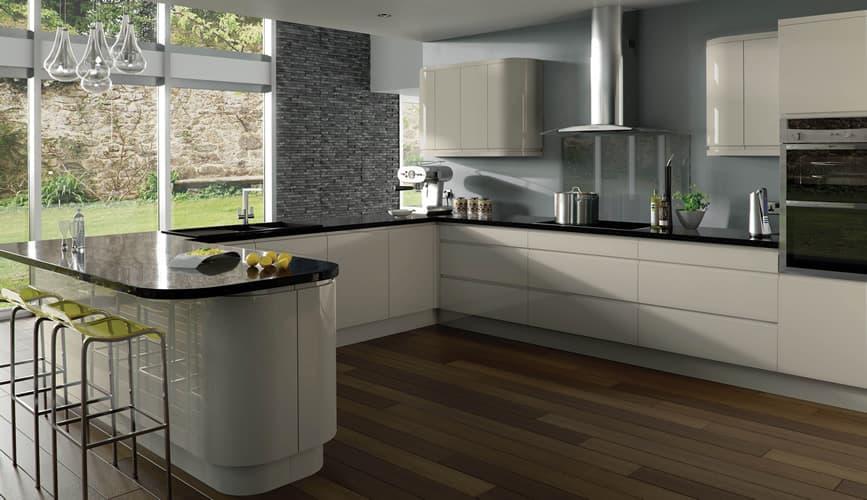 фото белая кухня с черной столешницей